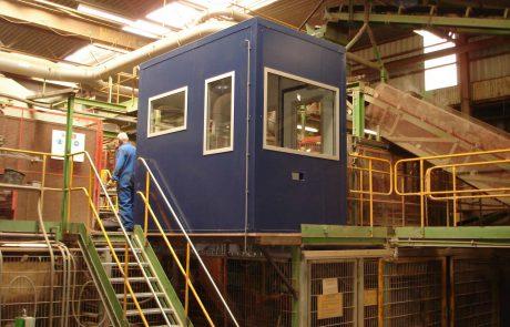 Steenfabriek blauwe geluidscabine op bordes